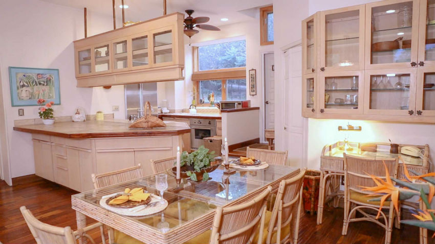 Casa Camilla Aspen Tropical Apartment kitchen table